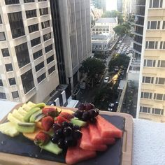 Starting a weekend staycation the right way @mantrahotels #Midtown #brisbaneanyday #instafood #visitbrisbane #yum #fruitplatter #mantrahotels #staycation