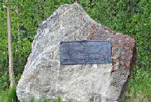 1. Kuomanjoen muistomerkki  Raatteentien lepopaikalla, n. 8 km Raatteen Portista Suomussalmen kirkonkylään päin sijaitsee muistomerkki kahden mänttäläisen aseveljen muistolle.