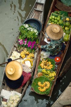 One of the first places that comes to mind in Thailand and Bangkok is the Floating Market. Floating markets are becoming a much more popular place with long promotions made in travel programs and f… Bangkok Travel, Thailand Travel, Backpacking Thailand, Thai Travel, Laos Travel, Thailand Floating Market, Hotel Reception, Orchids Garden, Beach Cottages