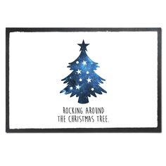Fußmatte Weihnachtsbaum aus Velour  Schwarz - Das Original von Mr. & Mrs. Panda.  Die wunderschönen Fussmatten von Mr. & Mrs. Panda sind etwas ganz besonderes. Alle Motive werden von uns entworfen und jede Fussmatte wird von uns in unserer Manufaktur selbst bedruckt und liebevoll an euch verschickt. Die Grösse der Fussmatte beträgt 60cm x 40cm.    Über unser Motiv Weihnachtsbaum  Ein Weihnachtsfest ohne einen schön geschmückten Baum ist undenkbar. Er ist ein Symbol für Kindheitsträume…