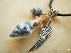 Zauberhafte Engel-Phiole von Erzengel Michael aus Glas mit Sodalithfüllung und Engelsflügel aus Metall.  Symbolik: Gerechtigkeit, Mut, Schutz