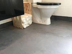 Her kan du læse om et helt særligt betonbaseret produkt der kan lægges direkte ovenpå eksisterende gulve, og give gulvet et beton-look, på en enkelt week-end.Hvis du er på udkig efter et traditionelt betondæk, og gerne vil støbe 7-10 cm beton, så har vi også en artikel om dette. Der findes et link til dette senere i denne artikel.Spar lidt tid og besvær. I denne artikel stiller vi skarpt på et ny Arch Interior, Great Rooms, Interior Inspiration, Tile Floor, Toilet, Diy And Crafts, Home Improvement, Flooring, Cool Stuff