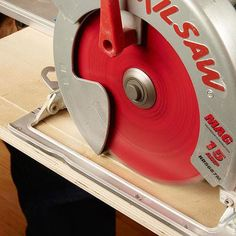 Woodworking Circular Saw How to cut plywood without tear out - circular saw - Complete guide for cutting plywood with different types of saws. Learn how to cut plywood without tear out and make a perfect cut with power and hand tools! Circular Saw Jig, Circular Saw Reviews, Best Circular Saw, Woodworking Workbench, Woodworking Workshop, Woodworking School, Workbench Ideas, Beginner Woodworking Projects, Woodworking Crafts