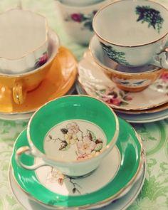 xícaras de chá e pires do vintage por KritterB