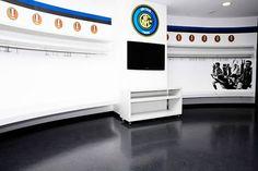 10 vestuarios increíbles de grandes equipos de fútbol | Marca Buzz Ac Milan, Psg, Manchester City, Fc Barcelona, Squat, Real Madrid, Toy Chest, Storage Chest, Toys