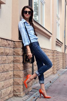 Perfect example of my latest street style obsession: denim. It's just so comfy, yet fashionable as well. I love this outfit so much, and the shoes add a nice pop of color. Denim Fashion, Love Fashion, Fashion Models, Girl Fashion, Fashion Design, Vintage Fashion, Fashion Outfits, Street Style Jeans, Casual Chic