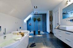 Liker måten de har dratt gulvflisene opp på vegg i dusjen Bathroom Spa, Modern Bathroom, Attic Rooms, Soft Towels, Blue Accents, Tiles, Relax, Bathtub, Shower