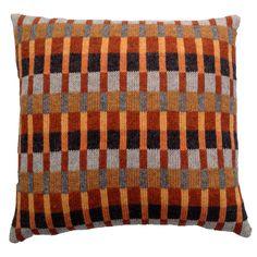 Strikkeopskrift Tante Alma. Skønne variationer af orange farver. Produktinformation:Strikket mål 37 x 37 cm Monteret mål 40 x 40 cm Strikket i Supersoft Garner Fair Isle Knitting Patterns, Knitting Designs, Weaving Projects, Knitting Projects, Knitted Cushions, Diy Cushion, Knit Pillow, Beaded Cross Stitch, Lace Knitting