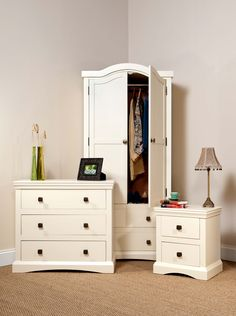 Stunning traditional cream bedroom furniture.  Call our friendly team on 01535606660 to order yours today :) x