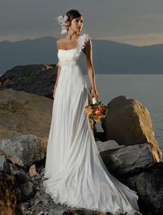 Vestido de Novia - VN58 (frente) - Realizado en raso completamente cubierto de seda. Flores que se pueden hacer desmontable. Sin trabajo de pedrería. Ballenado, corsetado y con relleno. Forrado en todo el interior incluso la cola, la cual se levanta para la fiesta.