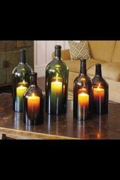 Maak van leuke lege flessen wijn en kaarsen gezelligheid in huis.