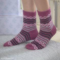 IINU: OHJE: Mustaherukka sukat Knitting Socks, Hand Knitting, Knit Socks, Knit Wrap, Boot Cuffs, Leg Warmers, Ravelry, Knit Crochet, Slippers