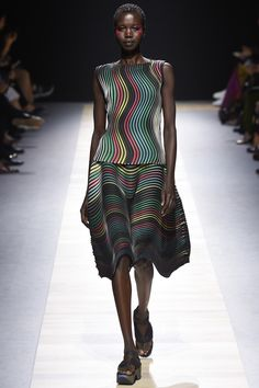 Issey Miyake Spring 2016 Ready-to-Wear Collection Photos - Vogue