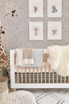 Papier peint à pois noir et blanc pour une chambre de bébé style jungle avec une déco animaux. #déco #chambre #bébé #jungle #animaux