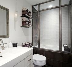 un carrelage marron et blanc dans la petite salle de bains