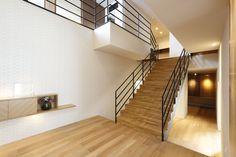 ue_bo design / ウエボデザイン / ショールーム / モデルルーム / 住宅 / 注文住宅 / 自由設計 / 愛知県 / 安城市 / 玄関 / エントランス / 木 / 無垢 / 格子 / 階段 / ストリップ階段 / アイアン / 吹き抜け Stairs, Home Decor, Stairway, Decoration Home, Staircases, Room Decor, Ladders, Interior Decorating, Ladder