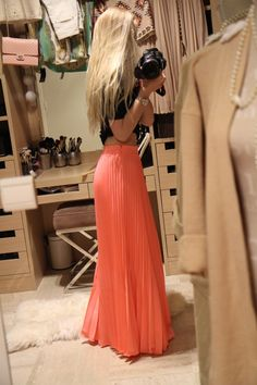 Love the color and pleats of this maxi skirt!