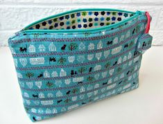 Zipper Pouch Tutorial and Pattern: Flat bottom straight(ish) sides zippy pouch (with a little zipper trick) Diy Pouch Tutorial, Cosmetic Bag Tutorial, Coin Purse Tutorial, Patchwork Tutorial, Makeup Bag Tutorials, Diy Makeup Bag, Fabric Gift Bags, Zipper Bags, Toiletry Bag