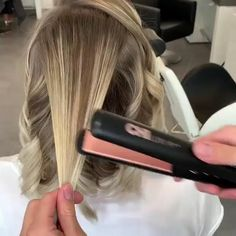 Curling Hair With Flat Iron, Hair Curling Tips, Curling Hair With Wand, Curling Short Hair, Wavey Hair, Crimped Hair, Medium Hair Styles, Curly Hair Styles, Curled Hairstyles For Medium Hair