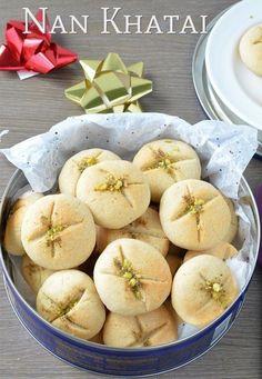 Нан хати (веган) - популярное индийское печенье из манки. Готовится очень просто, получается безумно вкусно. Благодаря специям, такое печенье не похоже на другие. Определенно стоит попробовать.     Ингредиенты:     1 стак. муки   1/4 стак. манной крупы   3/4 стак. растительного масла   1/2 стак. сахара   1 ч. л. ванили   щепотка кардамона   2 ч. л. рубленых фисташек     Приготовление:     1. Разогреть духовку на 180 градусов.   2. Просеять муку в большую миску. Добавить сахар, манку и…