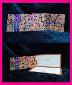 """Einladungskarten für das Hochzeitsmotto """"Farbe"""". Aus besprenkeltem (Temperafarbe) Kraftkarton mit Satinband-Banderole und bunten Dekoknöpfchen.  Jede Karte ist ein Unikat und mit viel Hingabe von Hand gefertigt."""