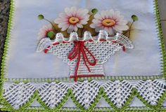 Lindo pano de prato para decorar sua cozinha feito com pintura feita a mão e decorado com pontos em crochê 100% algodão.  Fazemos no tema e na cor que desejar!  Medida do pano de prato com o bico de crochê 0.48x074 cm. Crochet Doilies, Crochet Hats, Creative Embroidery, Crochet Borders, Bargello, Chrochet, Fabric Painting, Tea Towels, Crochet Projects