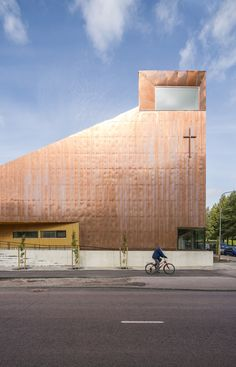 Shimmering, multi-tonal copper clads the entire exterior of this chapel in Espoo, Finland, designed by architecture firm OOPEAA Sacred Architecture, Modern Architecture Design, Religious Architecture, Church Architecture, Modern Buildings, Alvar Aalto, Helsinki, Modern Church, Chapelle