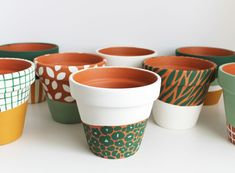 Nursing Home Crafts, Diy Home Crafts, Clay Crafts, Painted Plant Pots, Flower Pot Design, Posca, Design Crafts, Diy Art, Creations