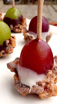 Toffee Grapes or chocolate & sprinkles or nuts? Finger Food Appetizers, Yummy Appetizers, Appetizers For Party, Just Desserts, Delicious Desserts, Yummy Food, Tasty, Fruit Recipes, Snack Recipes