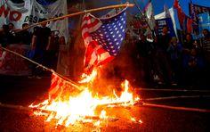 Queman banderas de EE.UU. en una protesta de trabajadores en Argentina