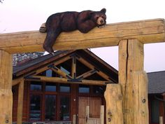 Wood carving, sculpture and relief art by Jonathan the Bearman. Broken Bow Cabins, Chain Saw Art, Garden Animal Statues, Black Bear Decor, Yard Sculptures, Wooden Gates, Concrete Art, Woodworking Wood, Western Decor