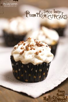 Pumpkin Spice Latte Cupcakes – Are you a pumpkin spice latte addict? Here's your cupcake version of Starbucks yummy Halloween beverage! Mini Desserts, No Bake Desserts, Delicious Desserts, Dessert Recipes, Sweets Cake, Cupcake Cakes, Cupcakes, Fall Baking, Pumpkin Spice Latte
