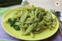 Un primo velocissimo e molto gustoso ma soprattutto semplice da preparare questa é la pasta zucchine e pesto. Si tratta infatti di preparare una crema con