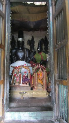 The majestic Siva and Parvathy with the urchavar idols placed in front of them at Sirkazhi Thoniappar Temple Indian Temple, Hindu Deities, South India, Lord Shiva, Temples, Om, Sculpture, Painting, Painting Art