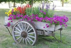 Cart of Flowers Rustic Garden Decor, Rustic Planters, Rustic Gardens, Wooden Garden, Wagon Wheel Garden, Wagon Wheel Decor, Southern Landscaping, Front Yard Landscaping, Flower Cart