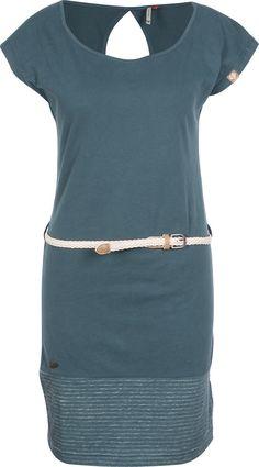 Das Soho Kleid von Ragwear besteht aus petrolblauem, weichem Baumwoll-Jersey und sieht gut aus, während es auch noch bequem und lässig ist (: Für Mädels, die auf unbequeme Kleider verzichten können und viel lieber mit Streetwear-Style punkten genau das richtige.Der Saum wurde mit meliertem Streifenmuster kombiniert und an der Hüfte wartet ein geflochtener Gürtel darauf, dir eine tolle, weibliche Silhouette zu verpassen!- leichtes Jersey-Kleid- Stretch-Material- körpernah und knielang…