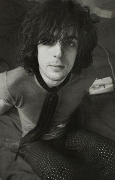 Syd Barrett (né Roger Keith Barrett le 6 janvier 1946 et mort le 7 juillet 2006 à Cambridge) est un musicien britannique. Il s'adonne également à la peinture. Il est un des membres fondateurs du groupe Pink Floyd, dont il est exclu en 1968 à cause de son comportement instable notamment imputé à sa surconsommation de LSD. Il se lance alors dans une brève carrière solo avant de se retirer du monde pour vivre en reclus dans la banlieue de Cambridge.