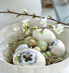 beautiful eggs with pansies painted on them Easter Table, Easter Eggs, Easter Decor, Potpourri, Easter 2021, Green Theme, Easter Projects, Easter Celebration, Deco Table
