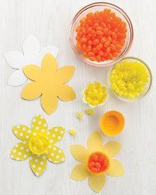 Daffodil Candy Cups - Imprimir la plantilla del narciso, y traza sobre el papel decorativo, recorta. Llene los moldes para hornear con chuches, colócalo en el centro de las flores.