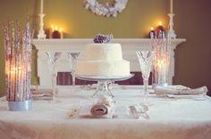 branches décoratives et un gâteau de mariage décoré de pommes de pin
