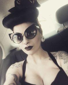 Rockabilly Girls and Vintage Style Pin-Ups Dark Beauty, Gothic Beauty, Gothic Fashion, Retro Fashion, Vintage Fashion, Women's Fashion, Vintage Style, Vintage Pins, Lolita Fashion