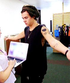 Holy crap! If Harry shimmied at me I wouldn't be looking at a stupid computer screen.. I would chuck that laptop at wall and shimmy back hahha