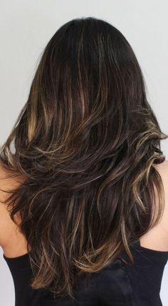 cabelos-com-luzes Black Hair Caramel Highlights, Caramel Hair, Dark Ombre Hair, Corte Y Color, Medium Hair Cuts, Long Curly Hair, Layered Haircuts, How To Make Hair, Brunette Hair