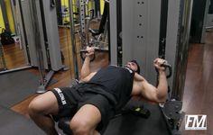Supino no Banco Reto no Cross over. Grupos musculares: Peitoral (fibras médias), Tríceps, Ombro. Execução correta, recomendações, cuidados e mais