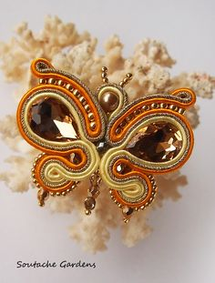 trendy Ideas for embroidery jewelry tutorial soutache earrings Bead Embroidery Jewelry, Fabric Jewelry, Beaded Embroidery, Soutache Pendant, Soutache Earrings, Tutorial Soutache, Handmade Necklaces, Brooches Handmade, Pendant Jewelry