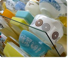 someday my kitchen will be full of vintage pyrex and corningware. yesss.