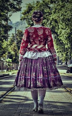 Folk Costume, Costumes, Folk Dance, How To Purl Knit, Textile Fabrics, Traditional Fashion, World Cultures, Frocks, Lace Skirt