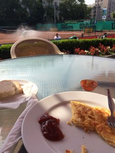 Breakfast on court