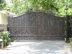 JDR Metal Art makes it easy for you to get a spectacular custom driveway gate made for your beautiful home, farm, ranch or estate. Wrought Iron Driveway Gates, Iron Garden Gates, Gates And Railings, Metal Gates, Front Gates, Garden Doors, Entrance Gates, Stair Railing, Modern Driveway