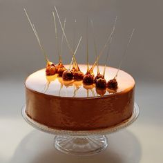 Quick and elegant with hazelnuts at alternating angles. Elegant Desserts, Beautiful Desserts, Glace Cake, 19th Birthday Cakes, 19 Birthday, Tarte Caramel, Caramel Delights, Decoration Patisserie, Modern Cakes